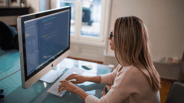lady working on mac desktop