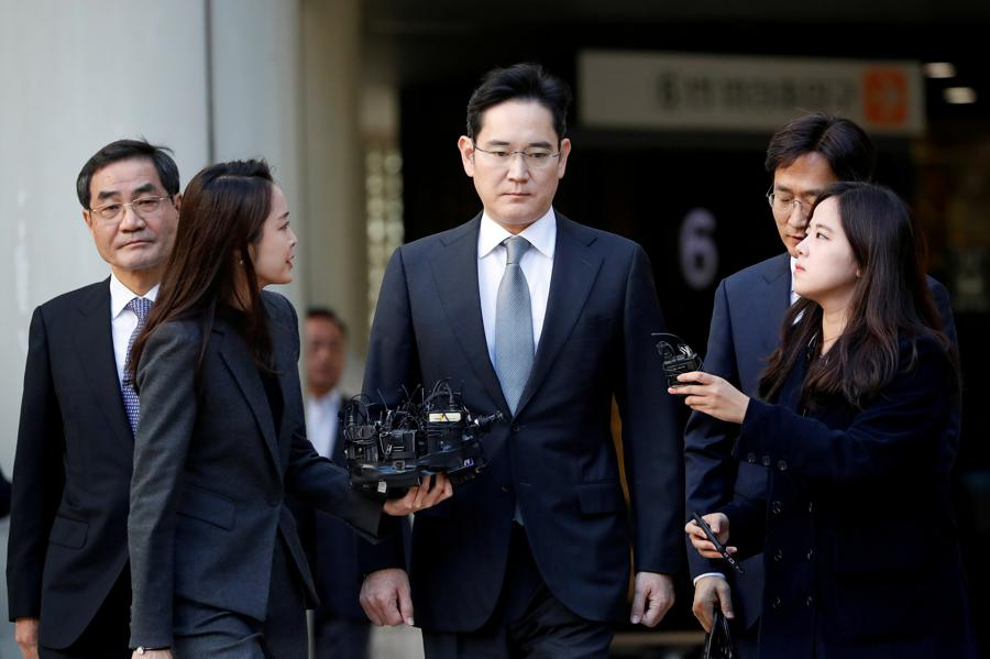 Samsung 'at a crossroads' as scion faces bribery charge
