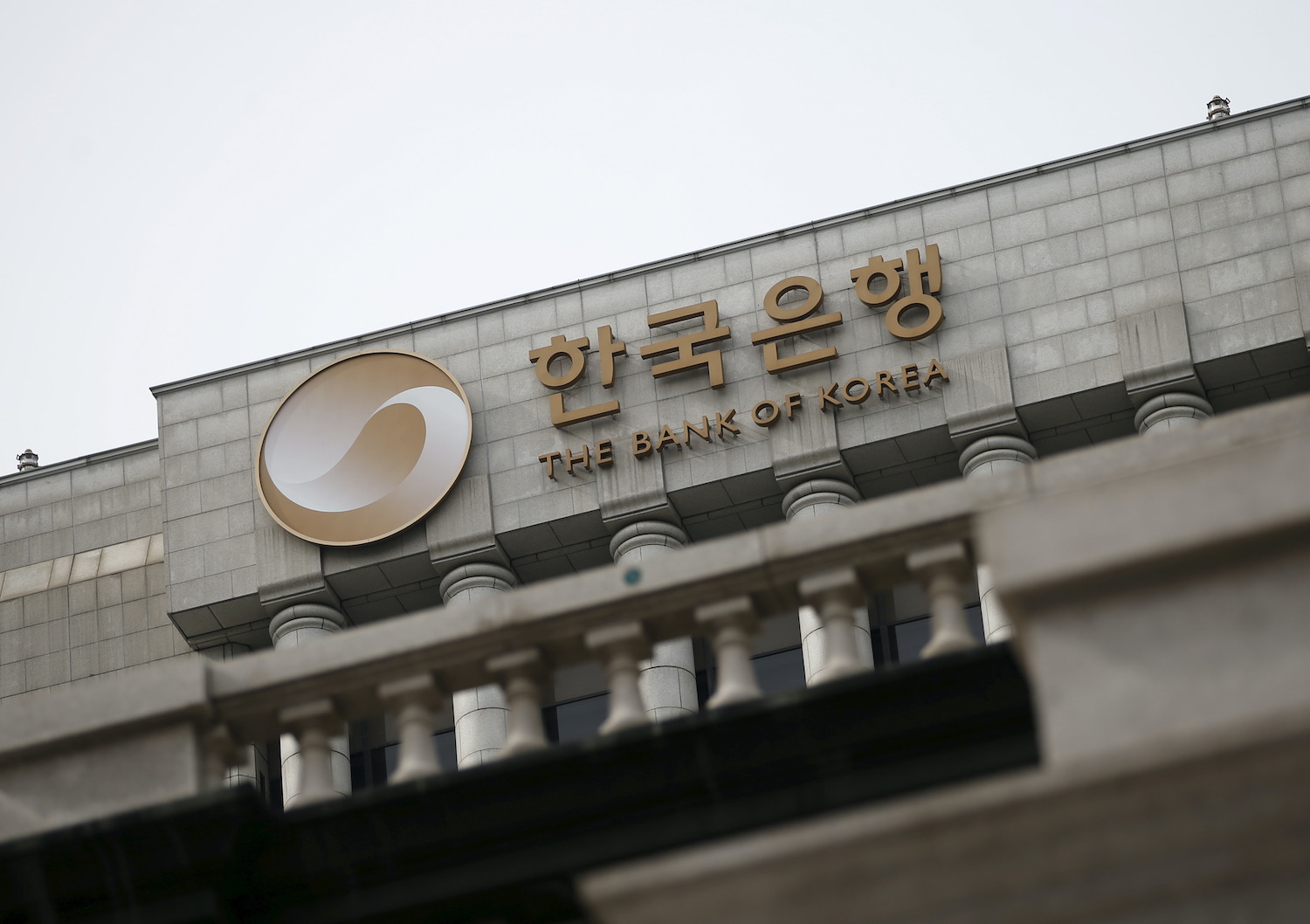 Bank of Korea holds off on interest rate rises as Covid fears persist