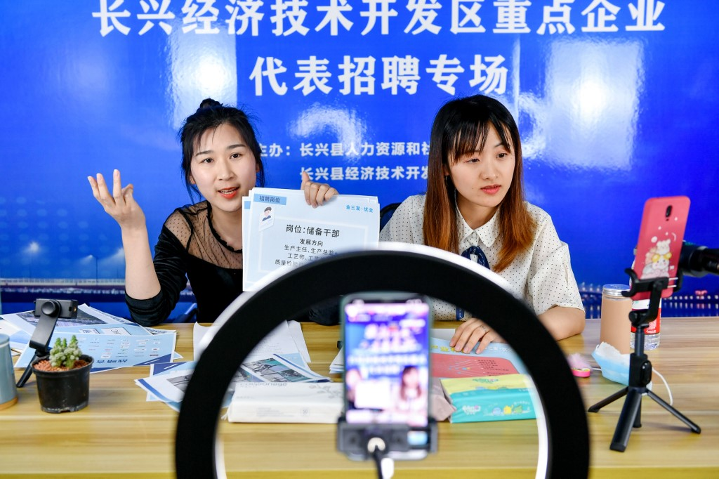 China hails its 'netizens' as internet user numbers approach 1 billion