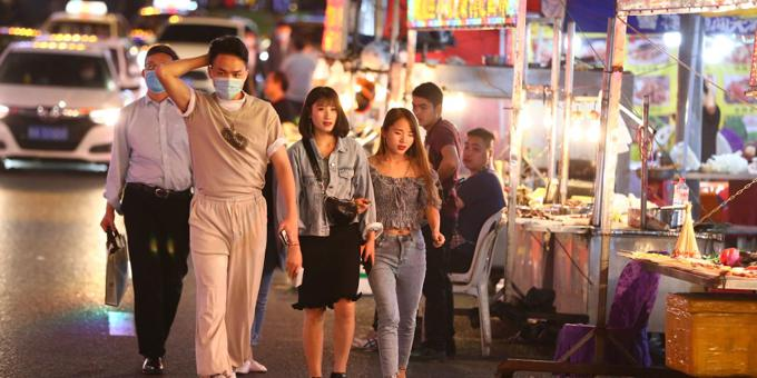 Beijingers rush at chance to get away as alert status lowered