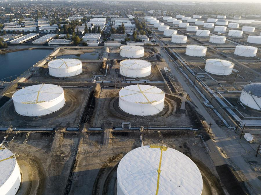 US oil prices fall heavily over storage concerns