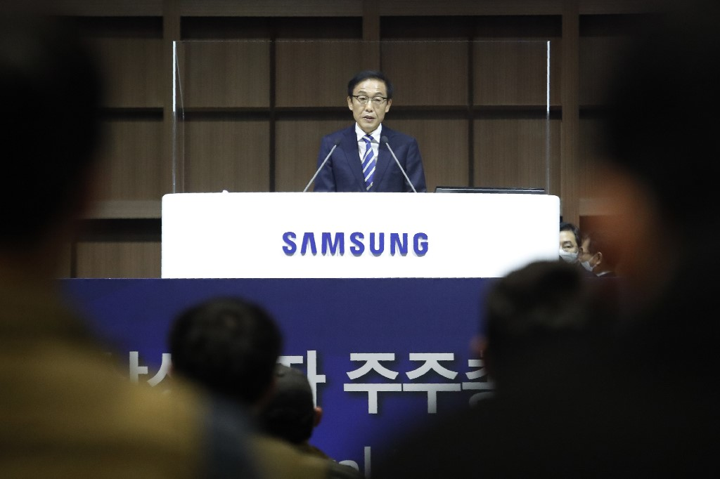 Samsung Electronics profit slips on virus, more falls forecast