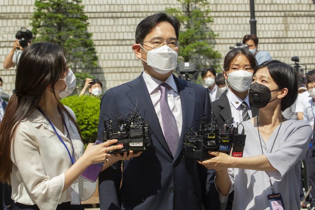 Samsung shares slump as boss heads back to jail
