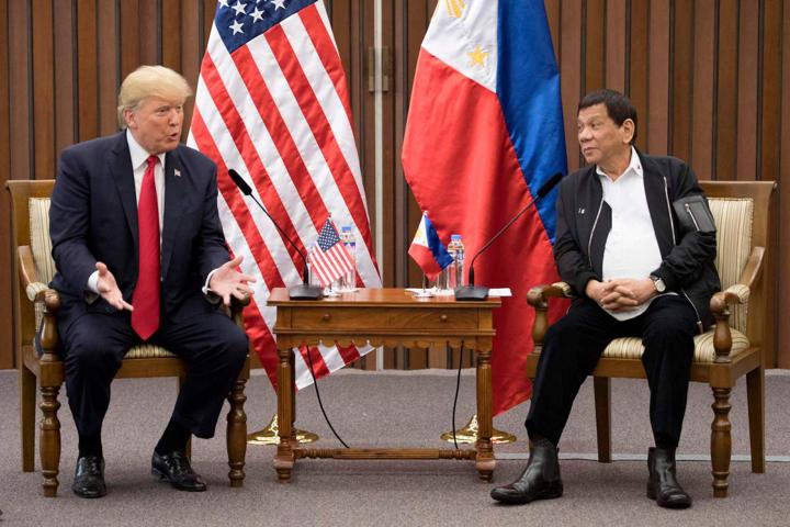 US President Donald Trump (L) talks with Philippine President Rodrigo Duterte during their bilateral meetin on the side line of the 31st Association of South East Asian Nations (ASEAN) Summit in Manila on November 13, 2017. - World leaders are in the Philippines' capital for two days of summits. (Photo by JIM WATSON / AFP)