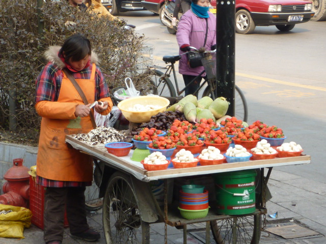 Street stalls play role in China's recovery