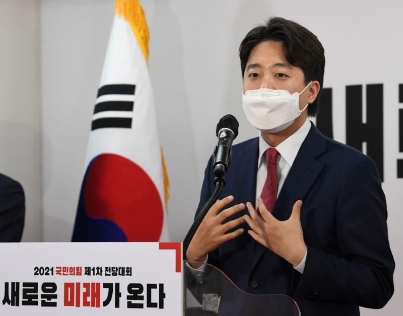 S.Korea conservatives pick upstart to retake presidential office