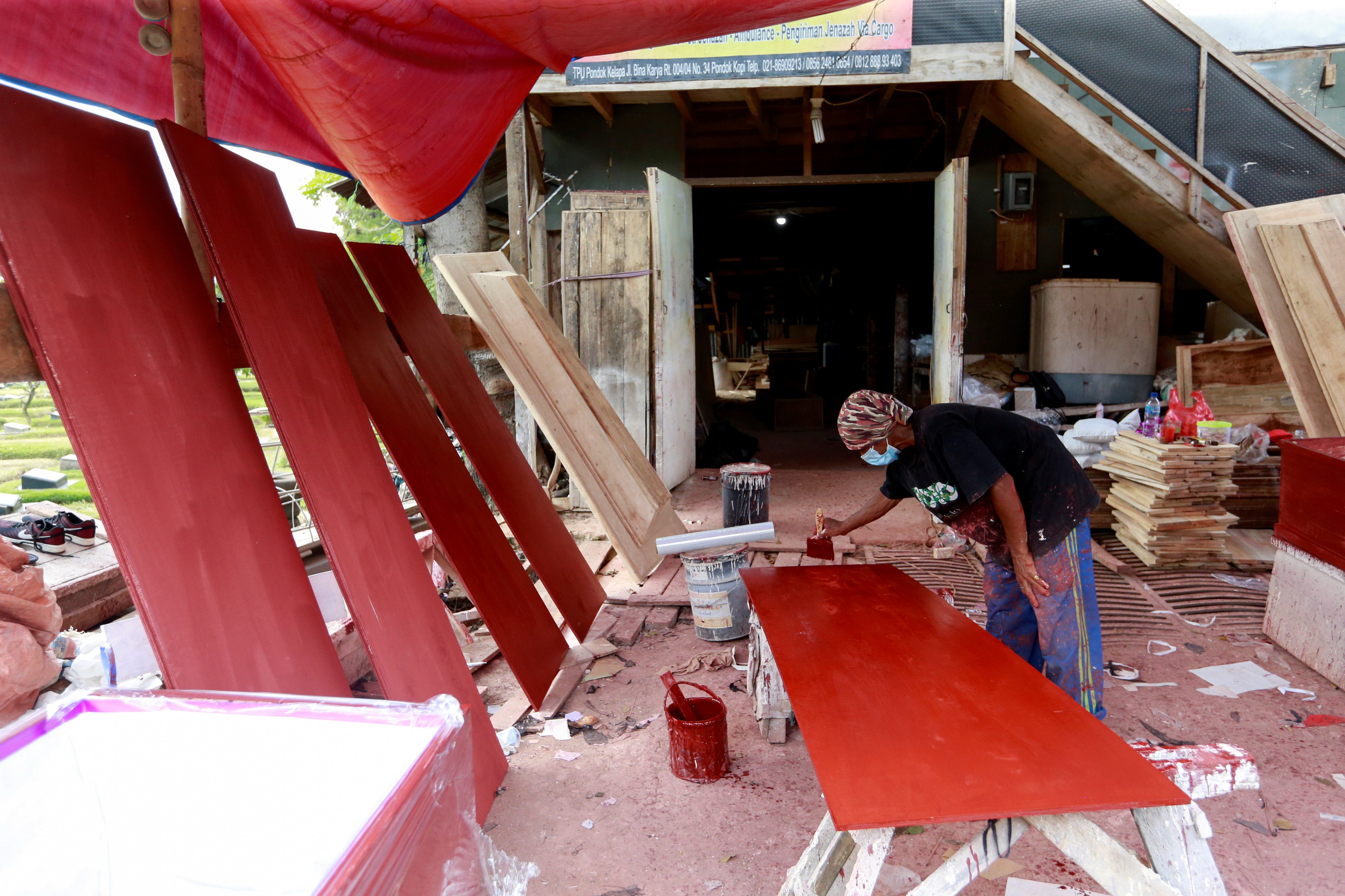 Overwhelmed Indonesian coffin maker issues COVID-19 warning