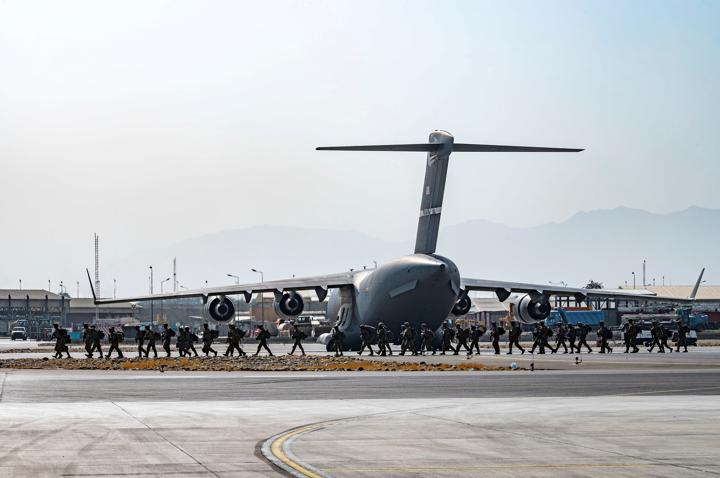FILE PHOTO: U.S. soldiers, assigned to the 82nd Airborne Division, arrive to provide security in support of Operation Allies Refuge at Hamid Karzai International Airport in Kabul, Afghanistan, August 20, 2021. Senior Airman Taylor Crul/U.S. Air Force/Handout via REUTERS/File Photo