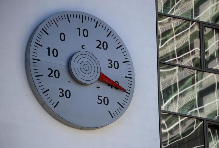 FILE PHOTO: A thermometer mounted on a wall of the headquarters of the United Nations Framework Convention on Climate Change (UNFCCC) shows a temperature of 40 Celsius degrees in Bonn, Germany July 31, 2020. REUTERS/Wolfgang Rattay/File Photo