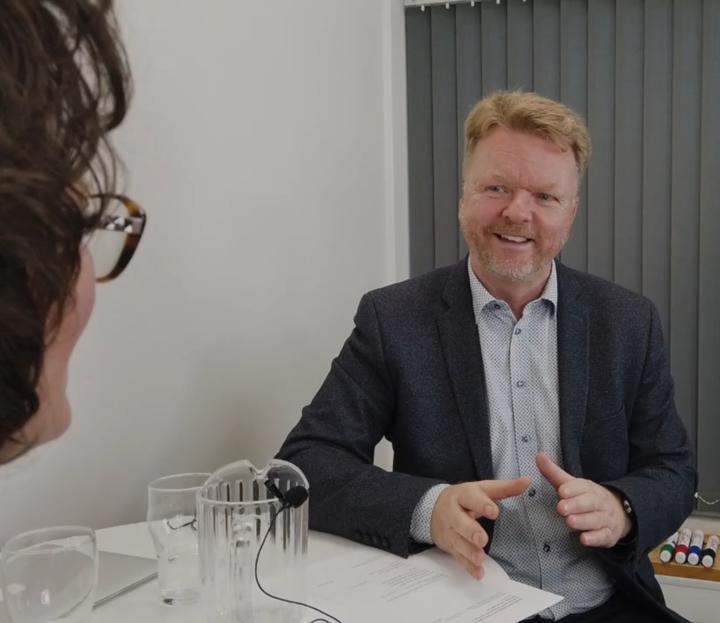 Bjarne Brynk Jensen explaining something to interviewee